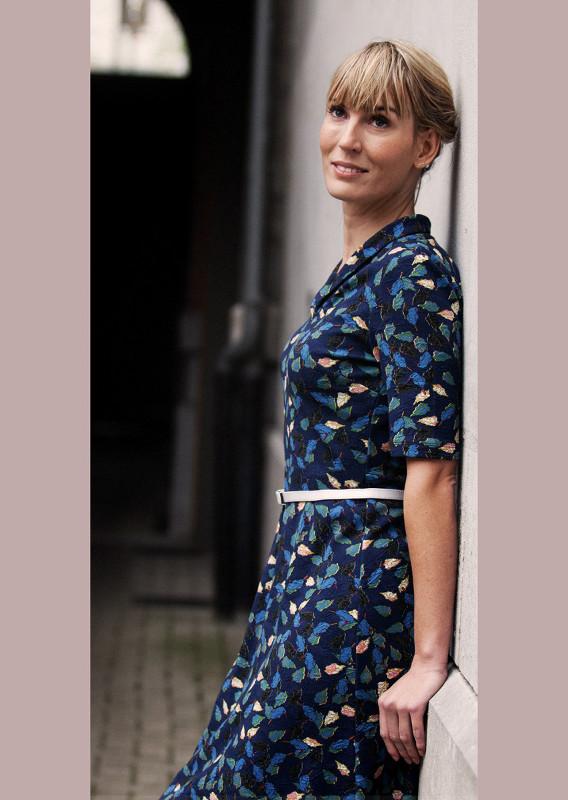 WOW-TO-GO-jurk-COLD-blauw-vogels-blaadjes-model-met-achtergrond