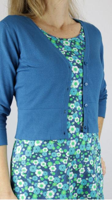 ZILCH-kort-bamboe-vestje-jeans-Cissi-och-Selma-jurk-Asta-aqua-flowers